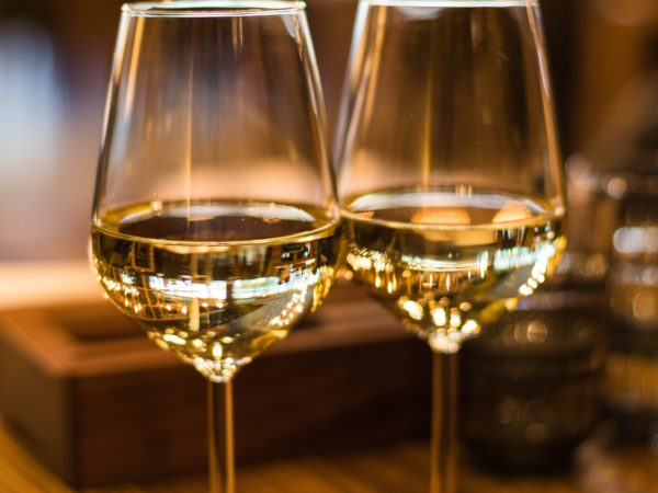 alcoholic beverage beverage blur 1123260 600x450 - Jak zabavit svatební hosty?